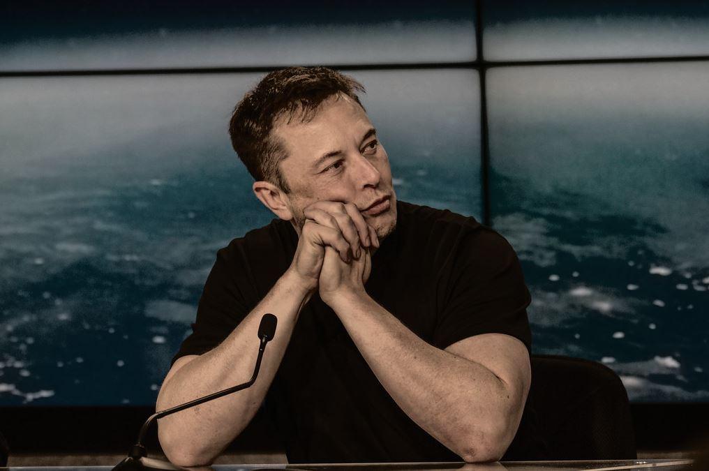 Elon Musk este CEO-ul companiilor Tesla si SpaceX.