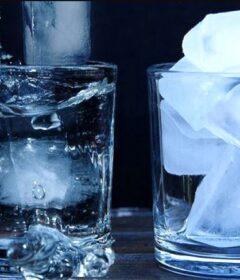 Pahar de apa cu cuburi de gheata.